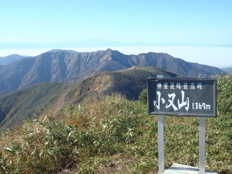 後ろのピークは火打岳、その後ろは月山.jpg