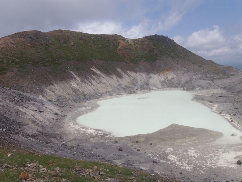 焼山火山湖.jpg