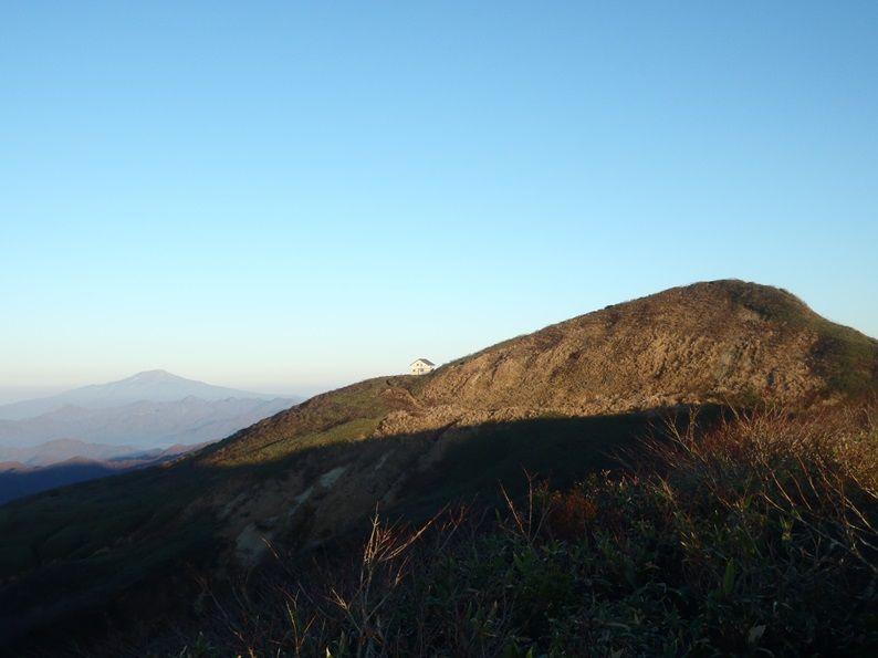 神室非難小屋と鳥海山.jpg