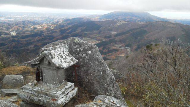 鎌倉岳山頂、後ろの山は移ヶ岳.jpg