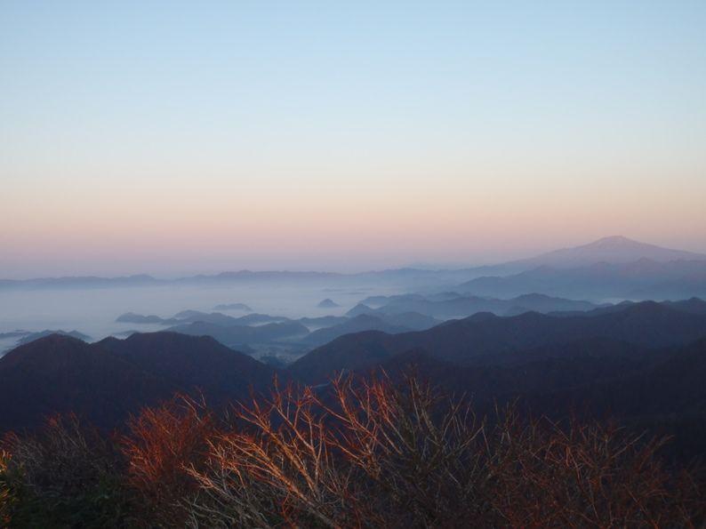 鳥海山と新庄盆地の雲海.jpg