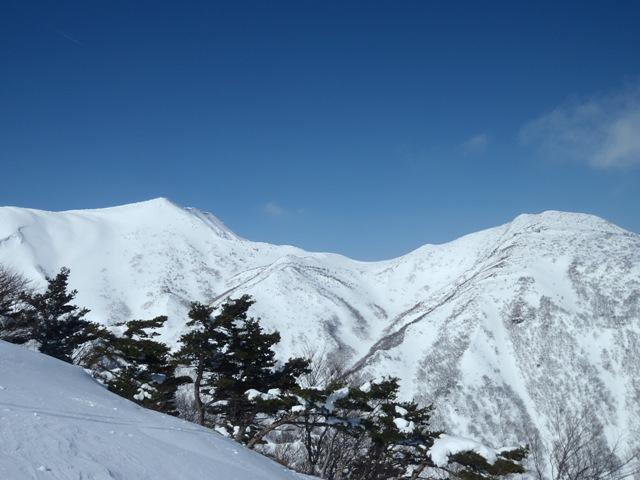 左奥が屏風岳・右は水引入道.JPG