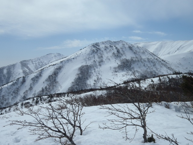 左から不忘山、水引入道、南屏風岳.JPG