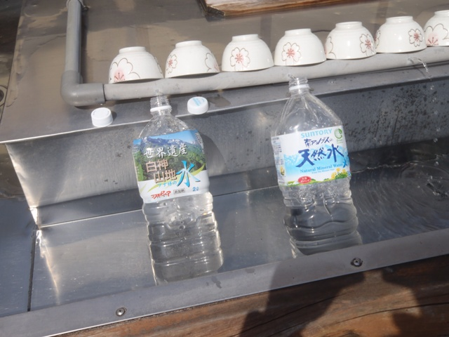 菅野茶屋で八甲田天然水を汲む.JPG