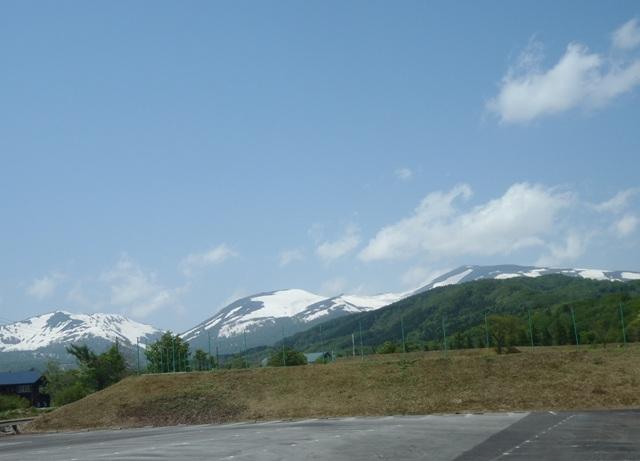 左から湯殿山・姥ヶ岳・月山.JPG