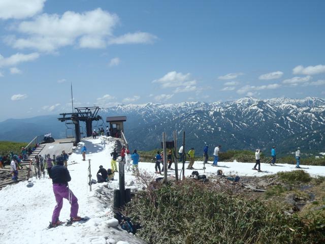 月山スキー場・後は朝日連峰.JPG