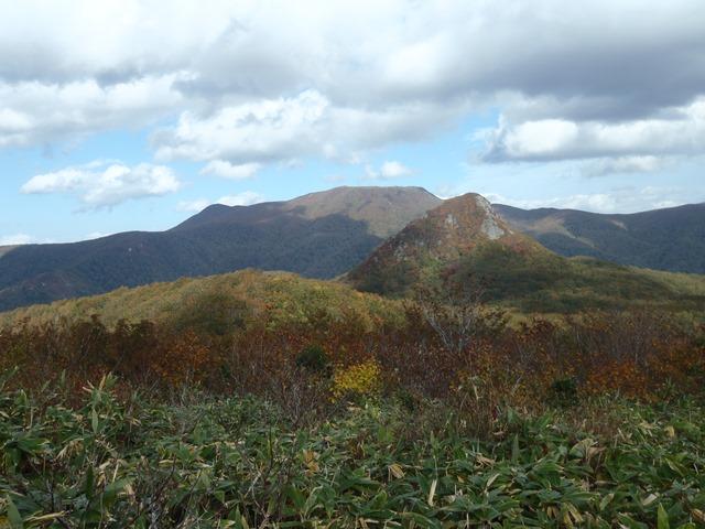 白髭山より仙台カゴと舟形山.JPG