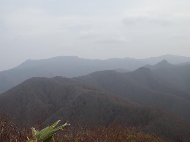 山頂から舟形山・仙台カゴ.JPG