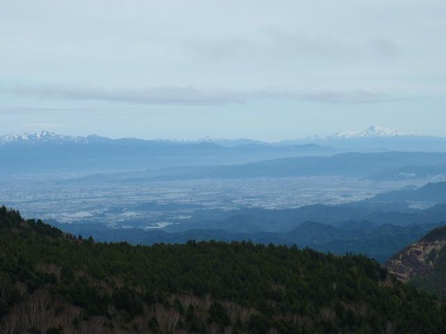 左朝日連峰・右月山・手前は米沢盆地.JPG