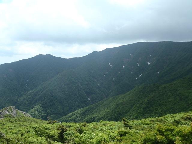 水引入道から不忘山と南屏風岳.JPG