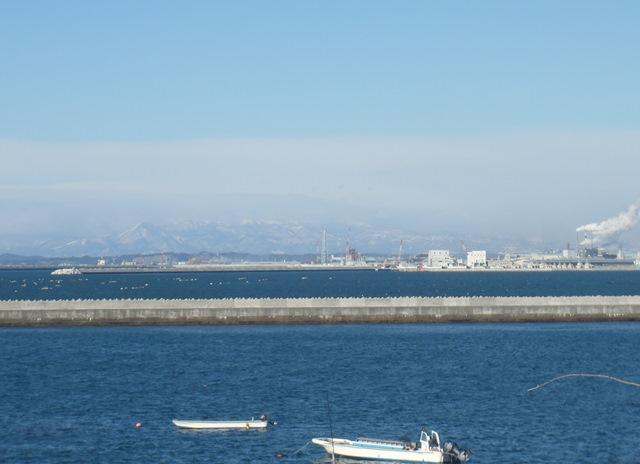 石巻港と泉ヶ岳.JPG