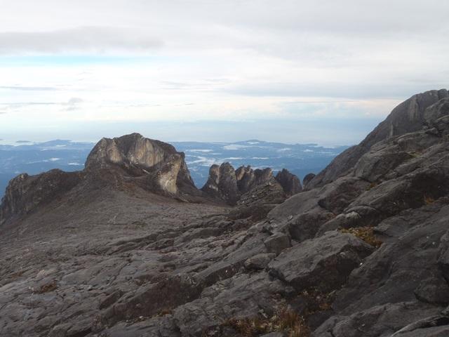 山頂の岩峰群と南シナ海.JPG