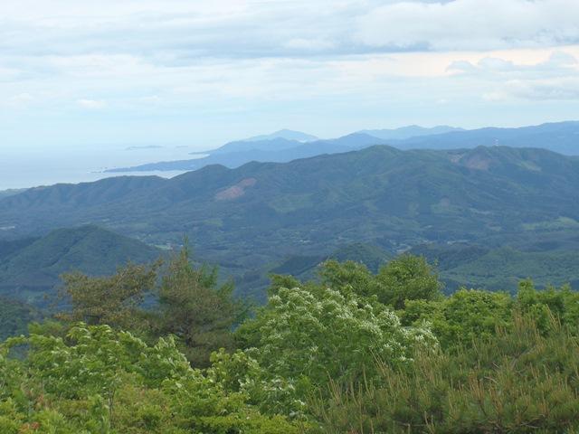 山頂より遠く金華山.JPG