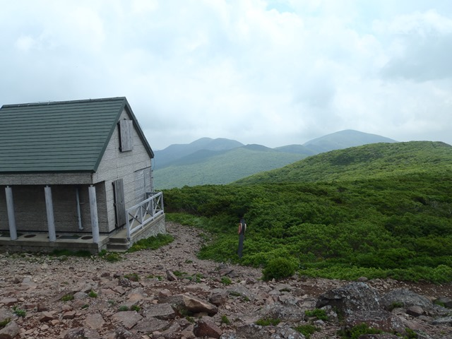 山頂より泉ヶ岳方面.JPG