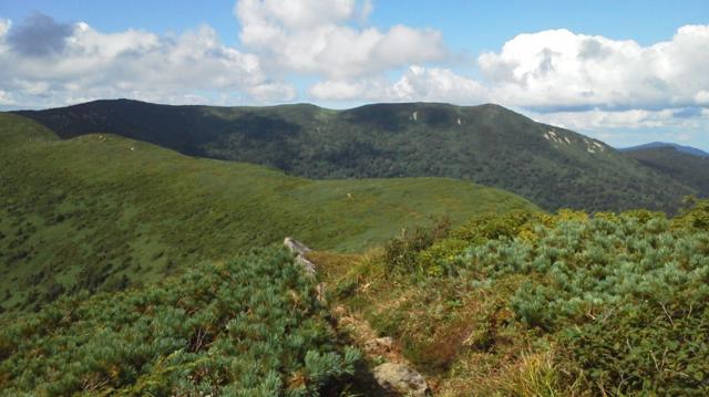 歩いてきた稜線を振り返る、左が大深山・右は源太岳.png