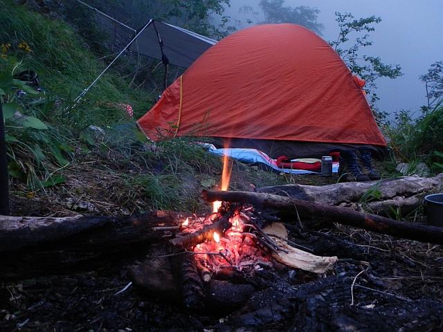 焚き火とテント.jpg