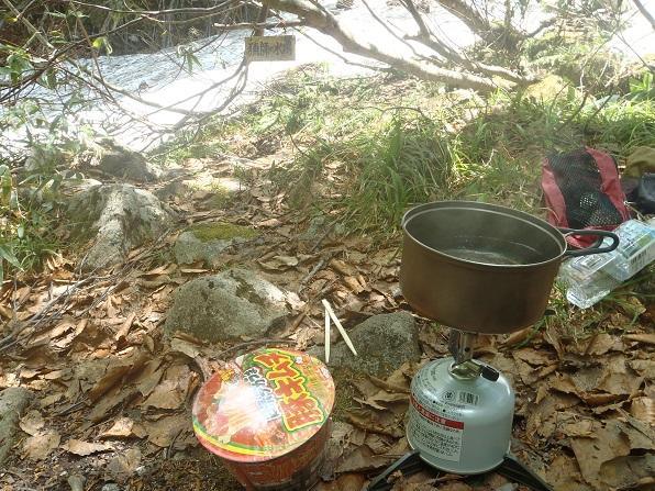 猟師の水場で昼食.JPG