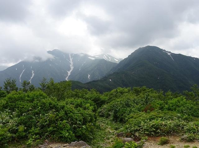 鳥原山から大朝日岳・小朝日岳.JPG