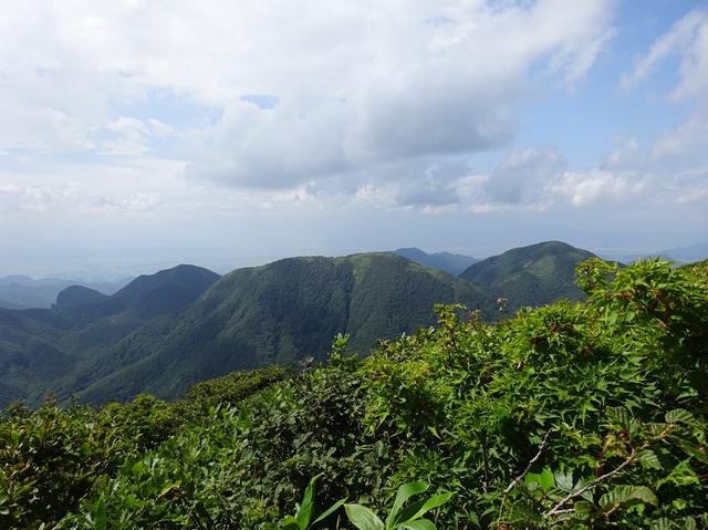 右から南面白山・猿鼻山(中東岳)・小東岳.JPG