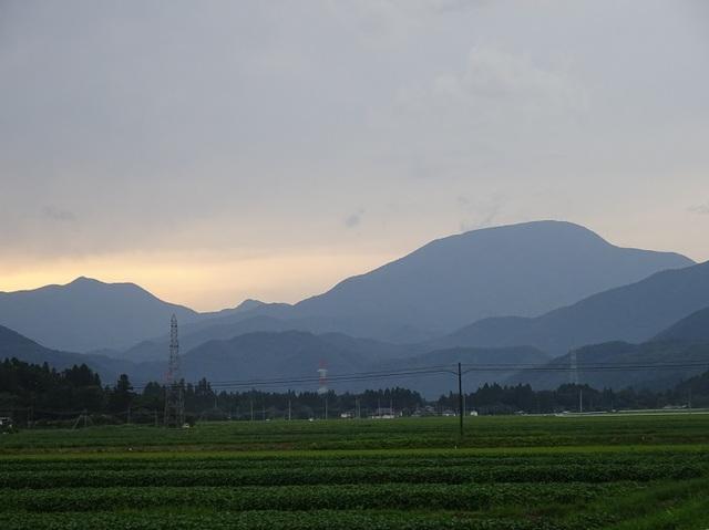里より大東岳・左は三方倉山.JPG