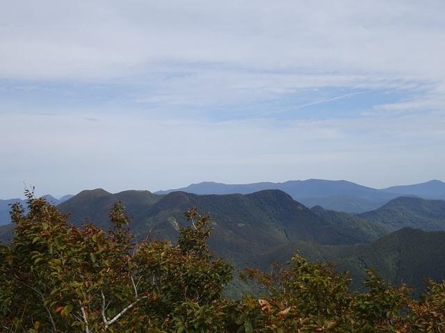 山頂より北面白山・中面白山・後は船形山.JPG