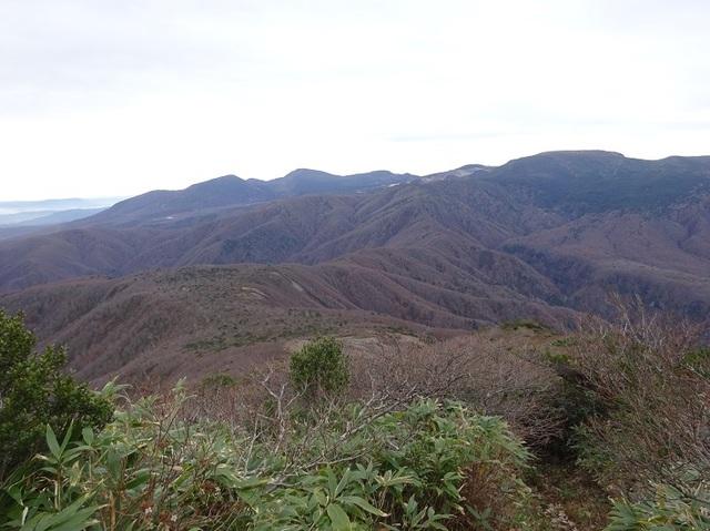 南雁戸より縦走路・奥の高いのが熊ノ岳.JPG