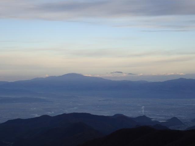 月山・奥は鳥海山.JPG