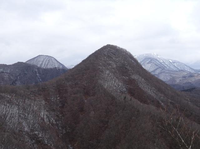 左三方倉山・桐の目山・奥大東岳.JPG