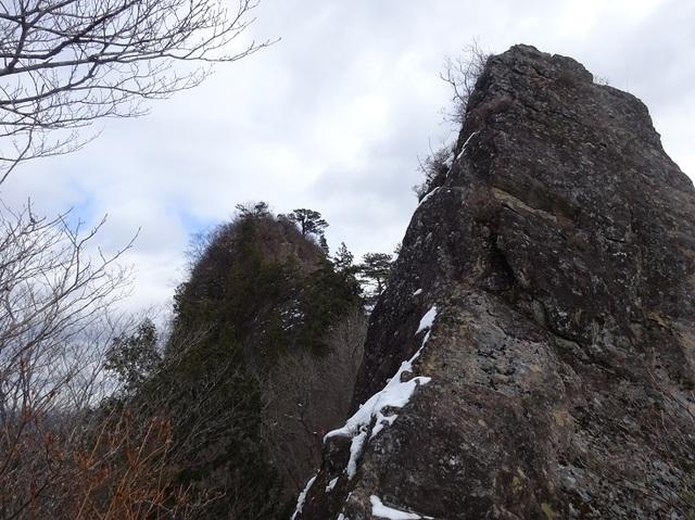 手前マンモス岩・奥オボコンべ山.JPG