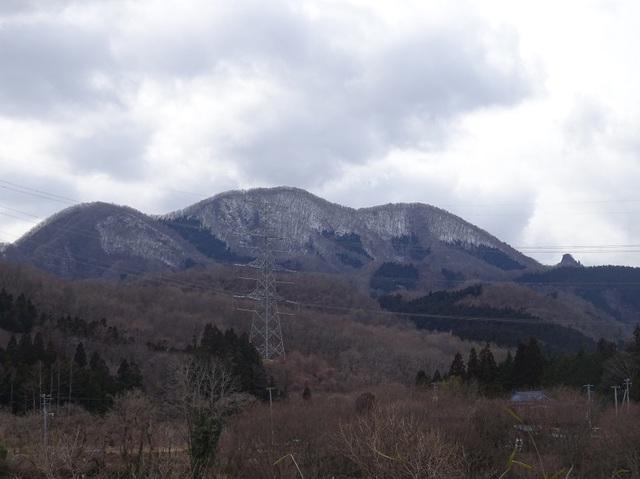本砂金部落から三森山と奥にオボコンべ山.JPG