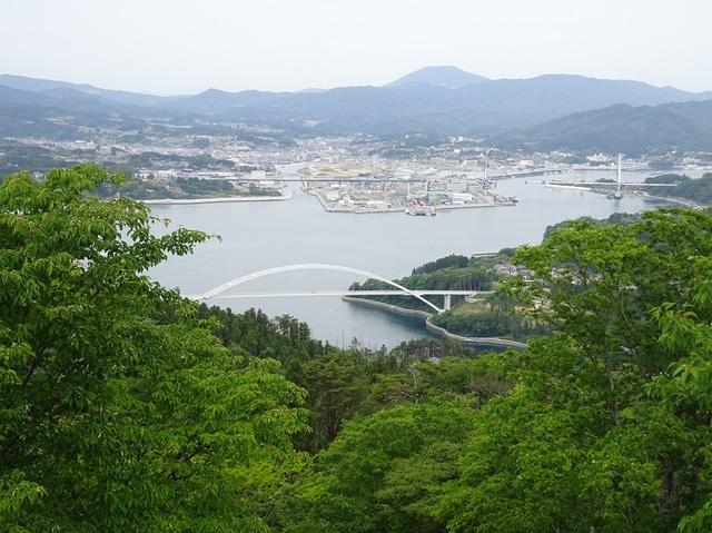 山頂より気仙沼市街と大橋・奥は室根山.JPG